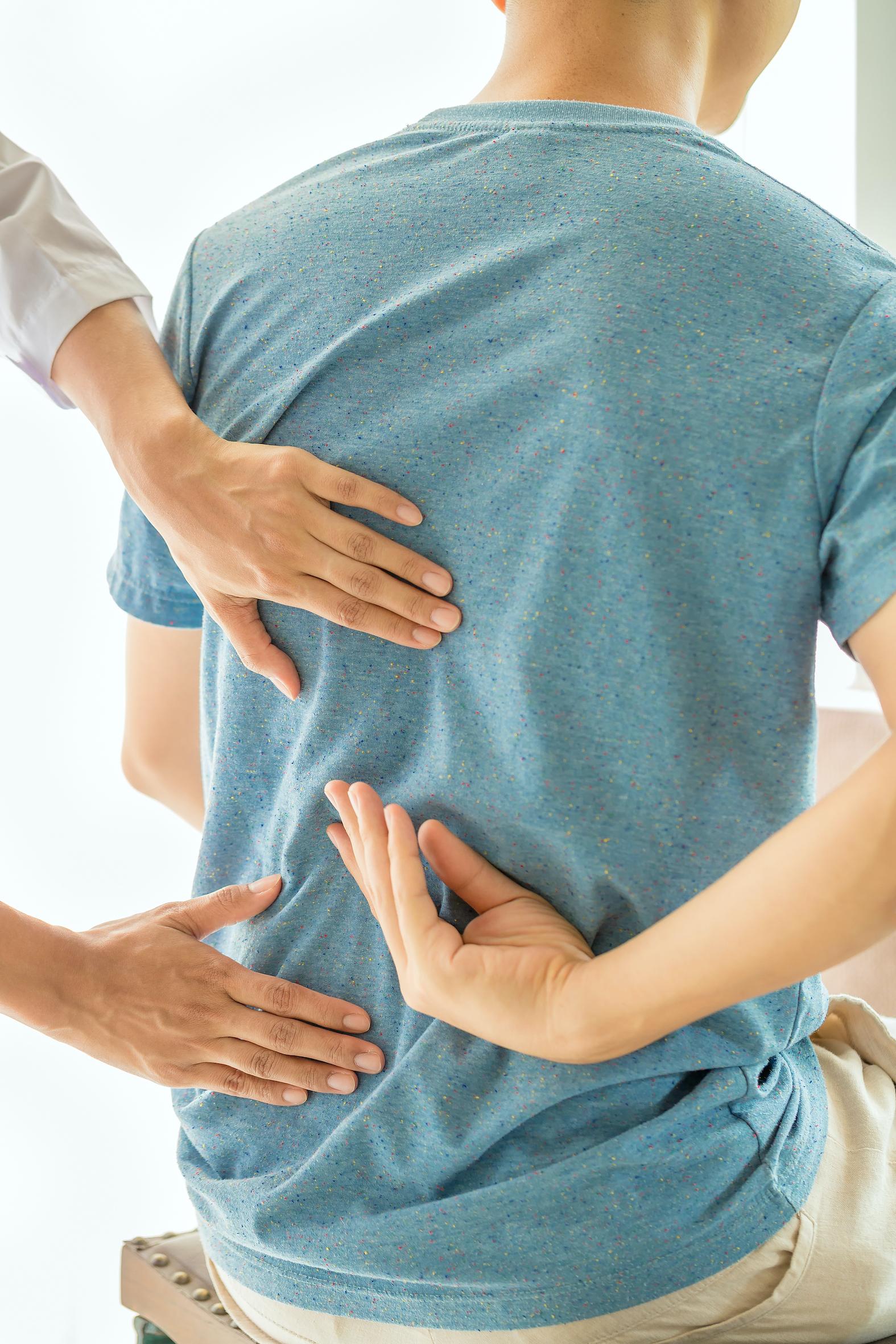 Patient montrant sa douleur au dos